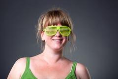 Jeune femme heureux en glaces vertes Photographie stock libre de droits