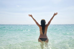 Jeune femme heureux en mer Images stock