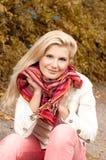 Jeune femme heureux en stationnement d'automne Images stock
