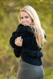 Jeune femme heureux en stationnement en jour d'automne Images stock