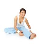 Jeune femme heureux faisant des exercices de forme physique photographie stock libre de droits