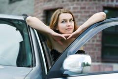 Jeune femme heureux près du véhicule. Image libre de droits
