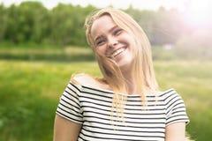 Jeune femme heureux sur la nature photos libres de droits