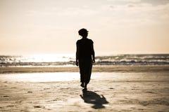 Jeune femme heureux sur la plage Photographie stock