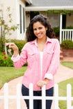 Jeune femme hispanique en dehors de maison neuve photos libres de droits