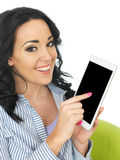 Jeune femme hispanique positive heureuse attirante à l'aide d'une Tablette sans fil Photo stock