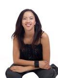 Jeune femme hispanique se mettant à genoux sur l'étage dans le pantalon Photo stock