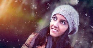 Jeune femme indienne attirante observant la neige Images stock