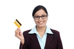 Jeune femme indienne d'affaires avec la carte de crédit Photographie stock