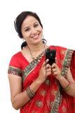 Jeune femme indienne traditionnelle écoutant la musique photographie stock libre de droits