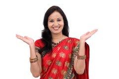 Jeune femme indienne traditionnelle enthousiaste images libres de droits