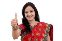 Jeune femme indienne traditionnelle gaie image libre de droits