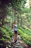 Jeune femme indienne trimardant dans les montagnes Photographie stock