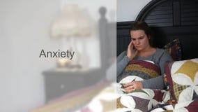 Jeune femme inquiétée d'années '20 dans la typographie de lit - version d'inquiétude banque de vidéos