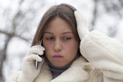 Jeune femme inquiétée téléphonant en parc images libres de droits