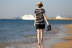 Jeune femme insouciante marchant par le ressac images libres de droits