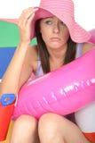 Jeune femme intéressée inquiétée malheureuse en vacances semblant affligé Images stock
