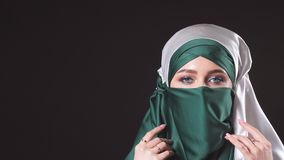 Jeune femme islamique dans le costume national posant pour l'appareil-photo clips vidéos