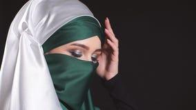 Jeune femme islamique en gros plan dans le costume national posant pour l'appareil-photo banque de vidéos