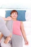 Jeune femme japonaise obtenant la chiropractie Photos libres de droits