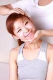 Jeune femme japonaise obtenant la chiropractie Photographie stock