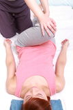 Jeune femme japonaise obtenant la chiropractie Photos stock
