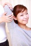 Jeune femme japonaise obtenant la chiropractie Images libres de droits