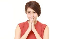 Jeune femme japonaise pliant ses mains dans la prière Image stock