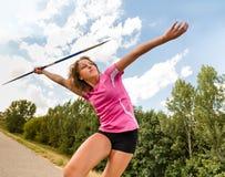 Jeune femme jetant un javelot en nature Image libre de droits