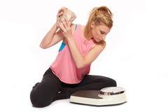 Jeune femme jetant une pierre à l'échelle Photo libre de droits