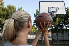Jeune femme jouant au basket-ball Image libre de droits