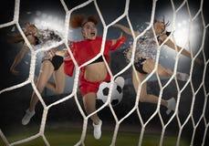 Jeune femme jouant au football Photos libres de droits