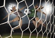 Jeune femme jouant au football Photo stock