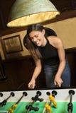 Jeune femme jouant au football. photo stock