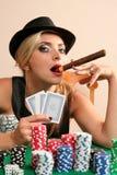 Jeune femme jouant au poker Photos libres de droits