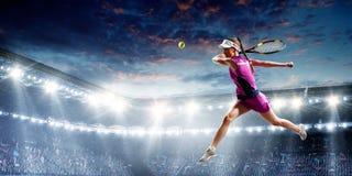 Jeune femme jouant au tennis dans l'action Media m?lang? photo stock