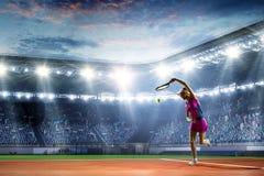 Jeune femme jouant au tennis dans l'action Media m?lang? photographie stock