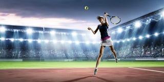 Jeune femme jouant au tennis dans l'action Media m?lang? photo libre de droits