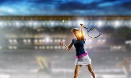 Jeune femme jouant au tennis dans l'action Media m?lang? images libres de droits