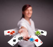 Jeune femme jouant avec des cartes et des puces de tisonnier Photo stock