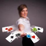 Jeune femme jouant avec des cartes et des puces de tisonnier illustration libre de droits