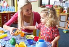 Jeune femme jouant avec la fille Photo stock