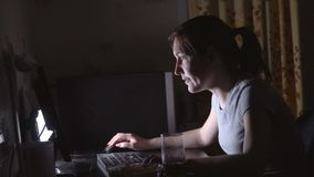 Jeune femme jouant des jeux d'ordinateur avec des puces et des boissons banque de vidéos