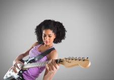 Jeune femme jouant la guitare sur le fond gris illustration stock