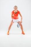 Jeune femme jouant le badminton au-dessus du fond blanc photos libres de droits