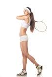 Jeune femme jouant le tennis d'isolement sur le blanc Images stock