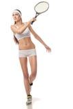 Jeune femme jouant le tennis d'isolement sur le blanc Image stock