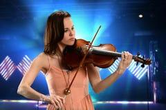 Jeune femme jouant le violon photos stock