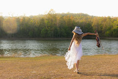 Jeune femme jouant le violon sur le fond de nature Photo stock