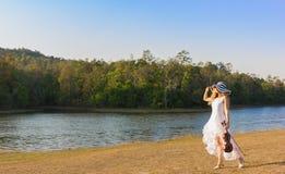 Jeune femme jouant le violon sur le fond de nature Photos stock